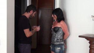Eva débarque chez son voisin dont la femme lui a laissé un mot dans la boite aux...