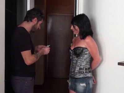 Eva débarque chez son voisin dont la femme lui a laissé un mot dans la boite aux