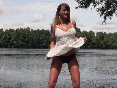 Tiffany, stripteaseuse de 22 ans, n'est vraiment pas pudique, alors on a pu tour