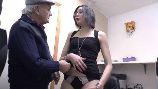 Céline suce la petite quéquette de papy pendant son entretien d'embauche