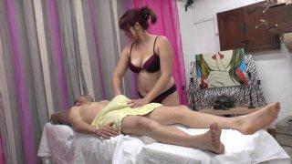 Vince, qui est légèrement tendu en ce moment, va s'offrir un massage d'un genre particulier....