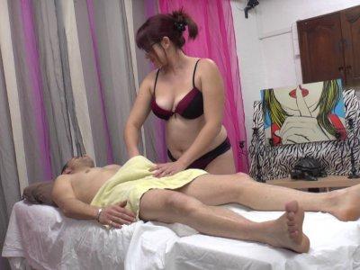 Vince, qui est légèrement tendu en ce moment, va s'offrir un massage d'un genre