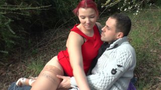 Un jeune couple se retrouve dans un petit bois pour baiser tranquillement. Enfin,...