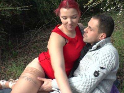 Un jeune couple se retrouve dans un petit bois pour baiser tranquillement. Enfin