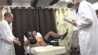 Une libertine mature prend beaucoup de plaisir chez son gynécologue