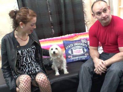 Papy et son petit fils attendent du monde intéressé par l'adoption de leur chien