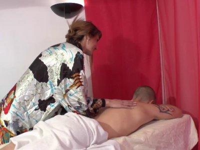 Sheina est une magnifique femme au foyer qui emploie son temps à masser des inco