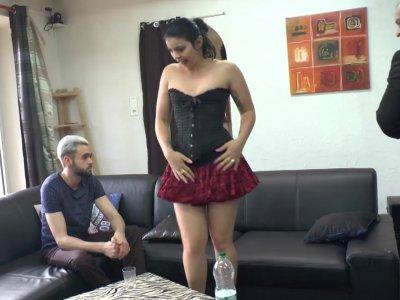 Lola attend le client quand elle se fait aborder par un mec qui souhaite l'offri