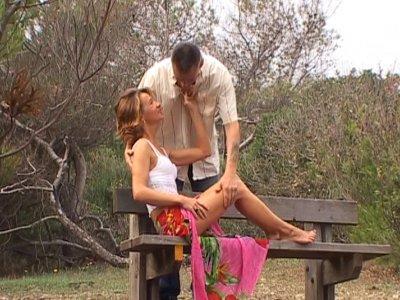 Un couple s'est donné rendez vous dans un bois. La cochonne attend son lascar su