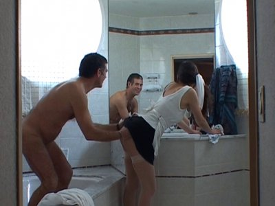Une femme de ménage nettoie la salle de bain vêtue de ses portes jarretelles bla