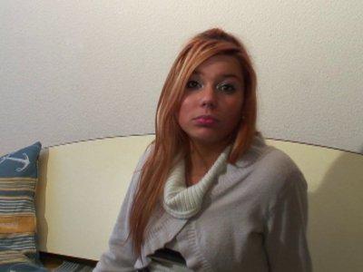 Angélina, à 19 ans, a envie de se lancer dans le X. La petite blonde a déjà beau