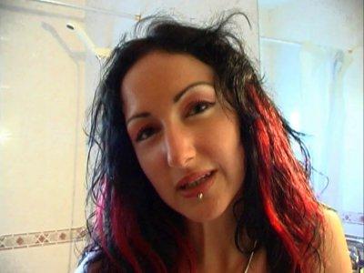 La jolie coquine du jour qui répond au doux nom de Ana est très heureuse de tour