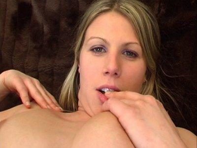 Anita souhaite devenir star du porno et éventuellement toucher à la réalisation.