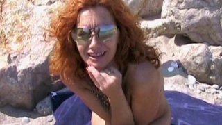 On a rendez vous avec une jolie mature pour une vidéo en plein air. Carla est une...