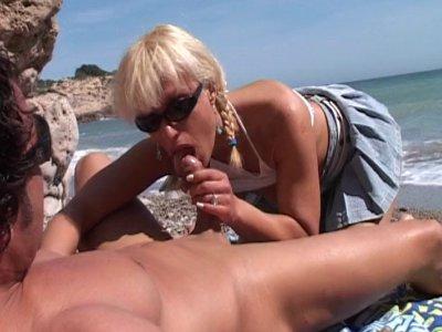 Georges et notre équipe ont rendez vous sur la plage avec une jolie blonde prête