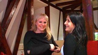 On accueille Lavandra, jolie blonde de 25 ans, et Myriam, belle brunette du même...