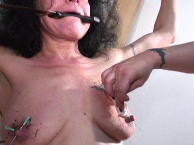Une brunette se fait martyriser par une femme qu'elle appelle Maîtresse, sous pr