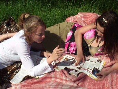 Deux jeunes femmes, une blonde et une brune, sont installées dans leur jardin po