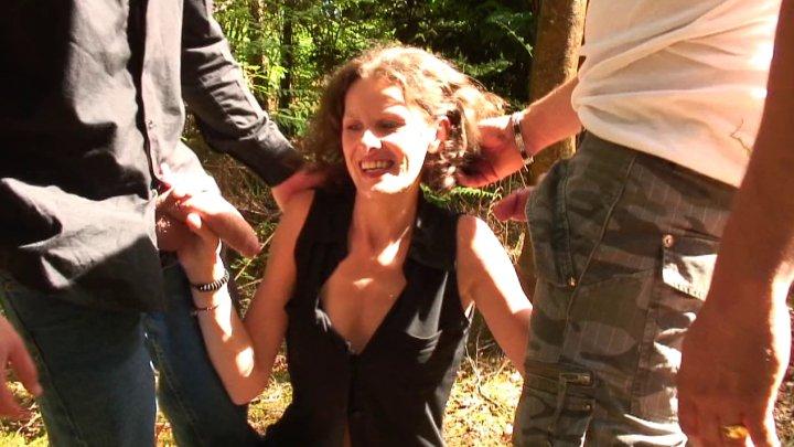 720x405 1050 - Sophie s'offre une partouze pendant ses vacances dans un village