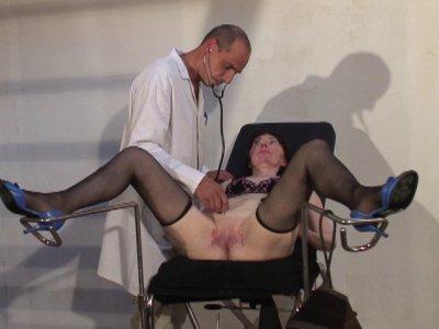 Mme Thomas a rendez vous avec nos médecins pervers! Cette belle mature va passer