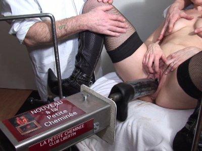 Melle Anne vient consulter nos 2 médecins pervers pour obtenir un certificat un