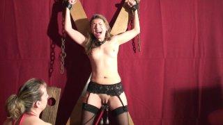 Une maitresse dominatrice va donner une bonne punition à cette petite blonde qui...