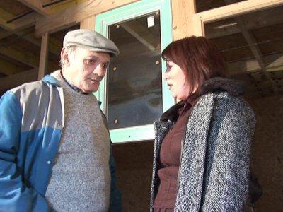 Papy, en plein rangement de l'atelier reçoit la visite de l'une de ses amies. La