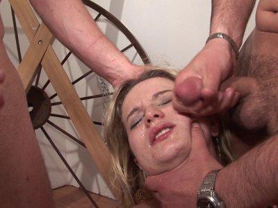Philippe a rendez vous avec une blonde à gros nichons pour un petit casting. Cet
