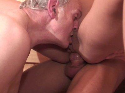 Nat aime beaucoup les moments d'intimité qu'elle se donne au sauna. C'est l'occa