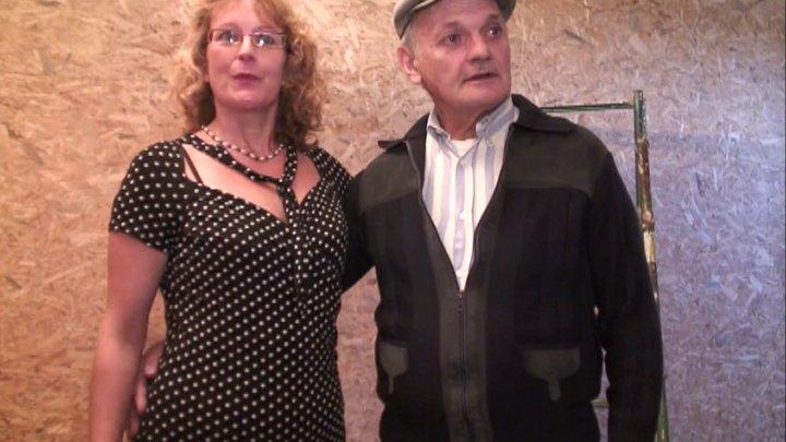 papy et jeune il offre sa femme a des inconnus