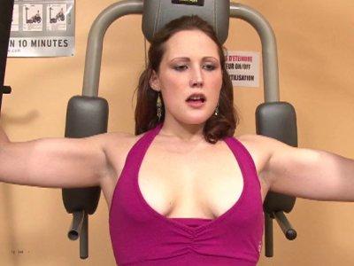 C'est à la salle de sport qu'on retrouve Emy, une charmante rousse à la poitrine