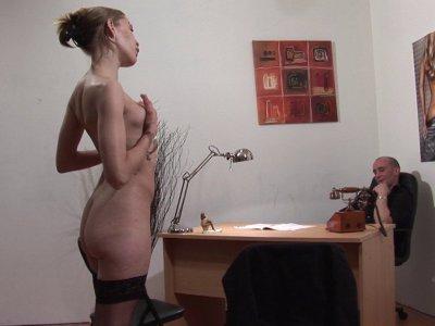Aujourd'hui William reçoit Angélique pour un entretien d'embauche pour une place