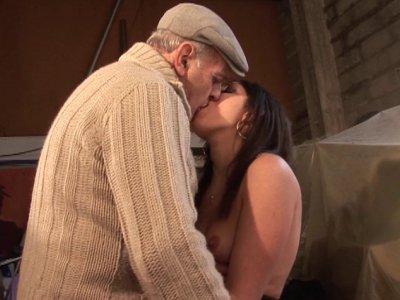 Papy a vraiment beaucoup de succès avec les jeunes femmes! En plein boulot à la