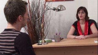 La pauvre Lola va devoir reporté un déjeuner entre copine car l'un de ses patients...