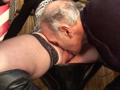 On retrouve notre papy pervers et un de ses acolytes accoudés à un bar avec une