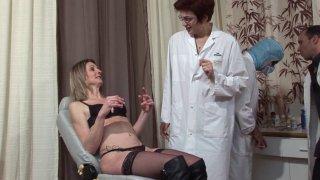 Mathilde, une charmante blonde mature, est revenue voir son gynéco pour un bilan...
