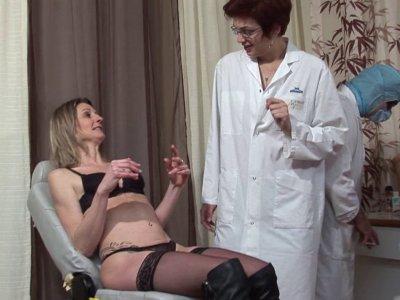 Mathilde, une charmante blonde mature, est revenue voir son gynéco pour un bilan