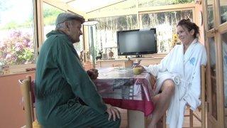 Papy vient rendre visite à Léana, sa jolie petite voisine. Il la trouve de bon matin...