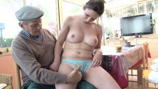 Femme au foyer mal baisée cocufie son mari avec un papy grivois