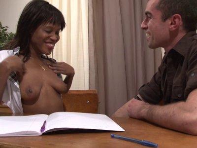 Tamara, une belle blackette, se retrouve en cours de soutien avec un camarade. L