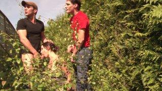 Cochonne française baisée par deux mecs en cachette de ses parents