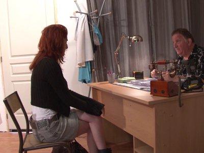 Lilith débarque dans le bureau de Philippe car elle souhaite poser pour des phot