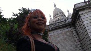 Max est à Montmartre à la recherche d'une jolie fille prête à baiser. Il repère un...