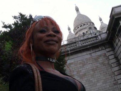 Max est à Montmartre à la recherche d'une jolie fille prête à baiser. Il repère