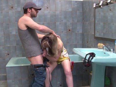 Une belle blonde appelle un plombier à la rescousse car il y a une fuite dans l