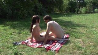 Un couple se fout à poil dans son jardin et se fait surprendre par un papy voyeur