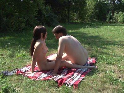 Par un journée ensoleillée, Daphné reçoit son petit copain pour une séance de br