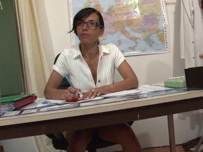 Une prof de math fait un cours particulier à deux élèves qui n'ont pas du tout l