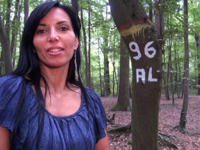 Petite promenade en forêt avec une belle brune aux gros seins, où elle attend no