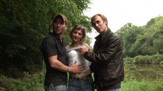 Un casting improvisé en pleine nature avec un couple échangiste français